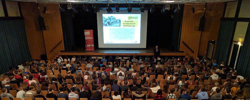 Über 200 Schüler bei der Veranatltung ZEICHEN DER ZEIT - DEMOKRATIE AUF DEM PRÜFSTAND