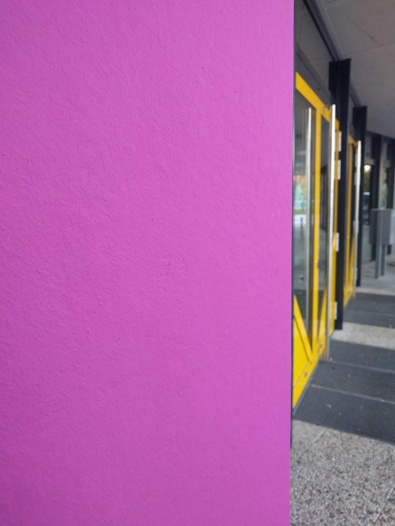 neuer Eingang 2018 von links, Säule in lila