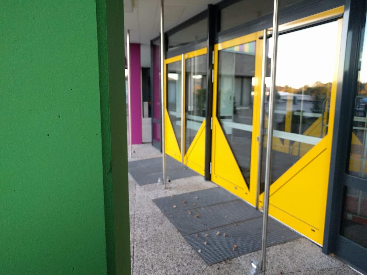 neuer Eingang 2018 von rechts, grüne Säule