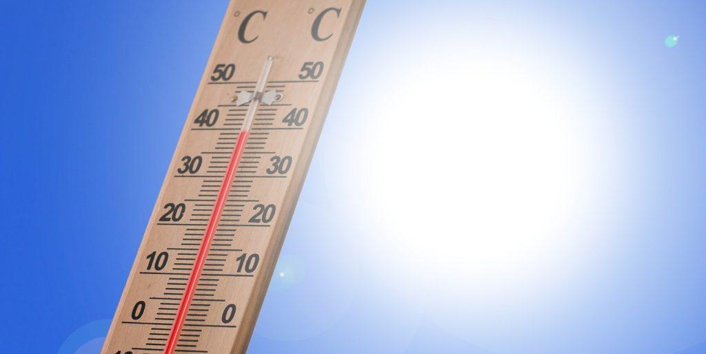 Thermometer mit 35° vor glühender Sonne und blauem Himmel