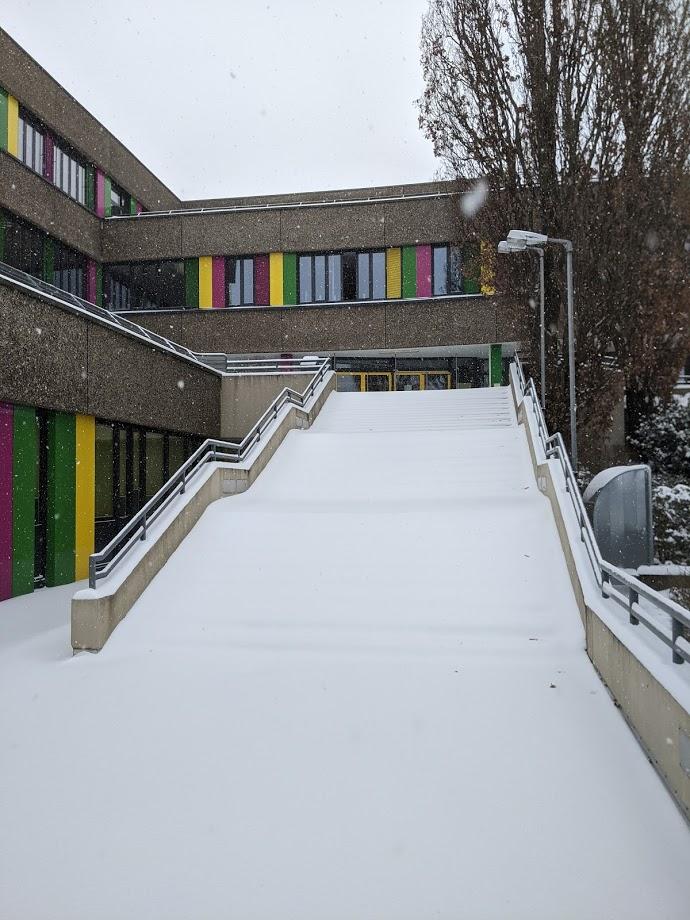 Verschneite Treppe zum Haupteingang