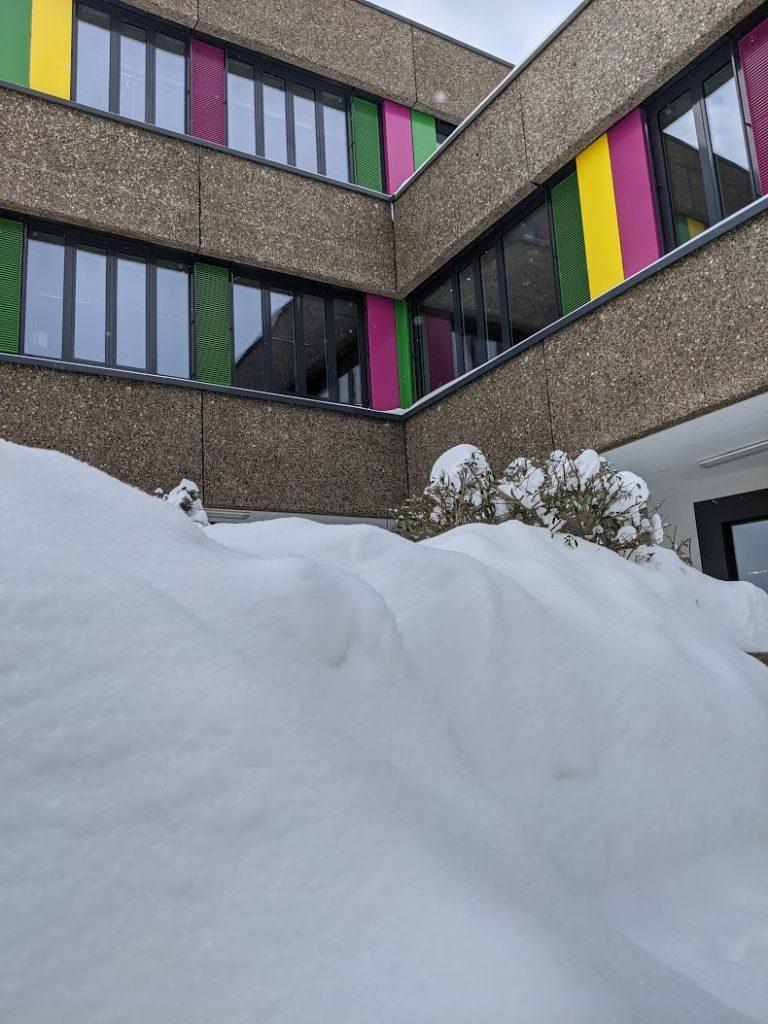 Schneeberge vor der Schule